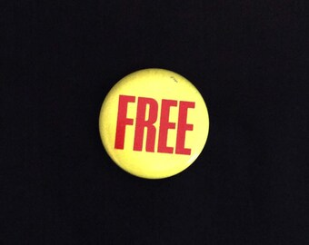 "PINBACK BUTTON ""Free"" 1.5 Inches Vintage"