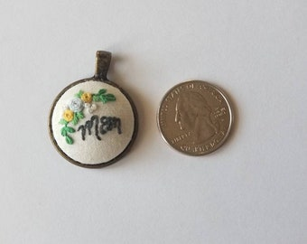 Roses for Mom: Customizable mothers pendant.