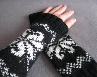 Black jacquard fingerless gloves white