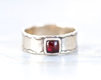 Sterling Silver Band Ring with Burgundy Stone - Size 7.5 - Signed Diadae