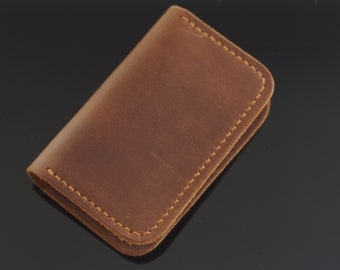 Minimalist leather wallet for men, has a brown color and simple design. It's a very thin wallet, specially for your front pocket