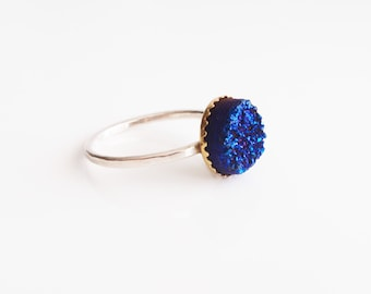 Silver ring with blue druzy,blue druzy ring,round druzy ring in blue,hammered band ring,blue geode ring,stackable druzy ring,druzy ring