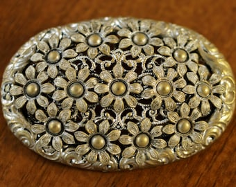1910s to 1930s vintage: big brooch with flowers // flapper // hepcat