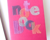 Carnet brodé main typographie notebook multicolore-accessoire écriture-notes-dessin-voyage-design textile graphique-cadeau femme et ado