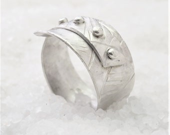 Ring Man chisel cantilever, natural silver.