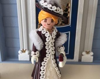 Playmobil Lady mit Stola, Hut und Handtasche, veredelt mit echten Federn und Spitze