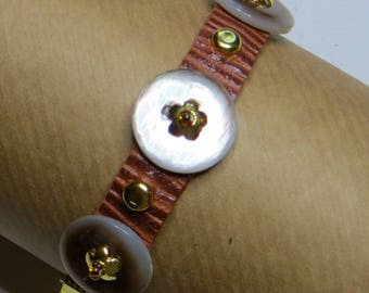Bracelet of Pearl buttons on brown leather lined - #263
