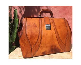 VINTAGE 1970s XXlarge natural tan Leather Doctor Bag Suitcase  // distressed leather Messenger