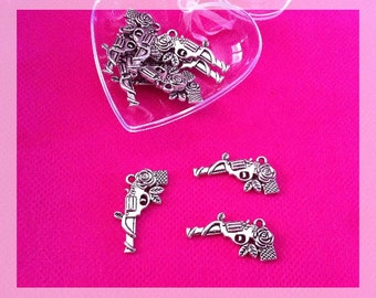 4 pendants form gun adorned with a stem with leaves and a rose, antique silver color