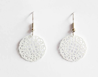 Middle ornament earrings in white