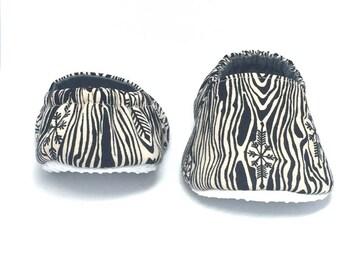 9-12mo RTS Baby Moccs: Faux Bois Snowflakes / Crib Shoes / Baby Shoes / Baby Moccasins / Vegan Moccs / Soft Soled Shoes / Montessori Shoes