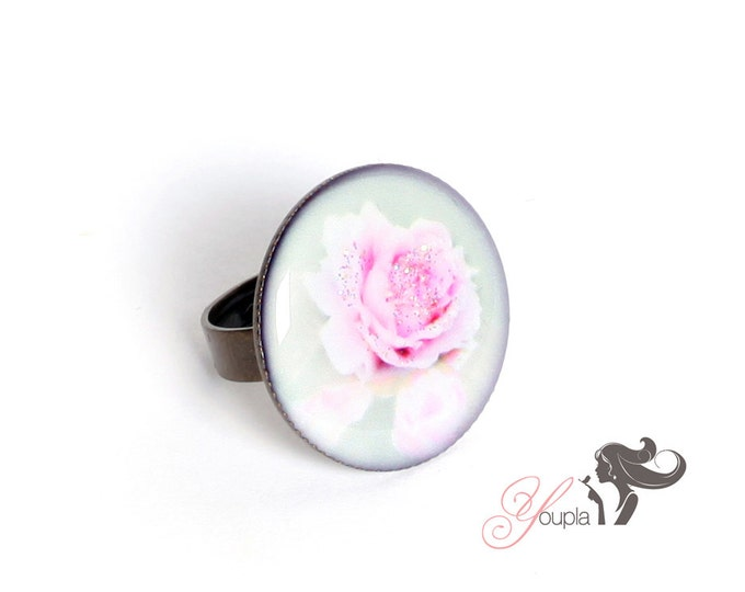 Ring in resin CD22 (2, 5cm in diameter) - support brass - collection La Plume à l'Oreille (CaroLine Dethier photography)