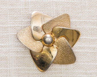 Abstract Gold Flower Brooch Triangular Etched Shiny Pinwheel Vintage Broach Pin 7BZ