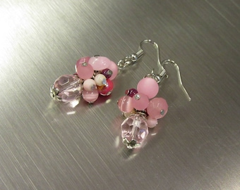 Dangling cluster earrings in pink tones