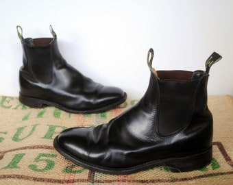 Black R.M. Williams Boots  – Vintage Original Made in Australia – Rubber comfort Sole – Leather Chelsea Size: RMW 8 X USm 9 US L 11 EU 43