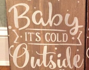 Signe de bois, peint à la main, «Bébé il fait froid dehors.»