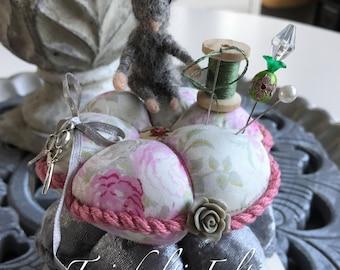Pincushion with needle felted mouse. Handmade. Speldenkussen met muisje (genaaldvilt).