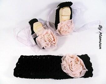 Ballerines et bandeau (3 mois) crochetés main en fil coton 100 % noir et leurs fleurs de tissu rose poudré