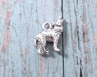 Tiny Wolf charm 3D silver plated pewter (1 piece) - howling wolf charm, lobo charm, wolf pendant, southwestern charm, New Mexico charm, M9