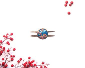 Bracelet manchette avec inclusion de tissu rouge by Maïwenn Dagan
