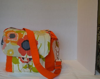 Fun and functional padded DSLR camera bag with pockets and adjustable dividers.