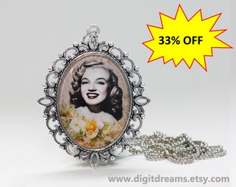Ma41: Young Marilyn Monroe vintage pendant/keychain