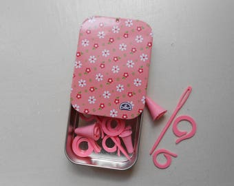 Pink metal box containing the knitting accessories