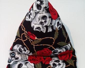 support tablette, liseuse ,tête de mort et rose en tissu fait main, accessoire pour la lecture