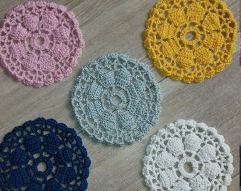 round coasters, crocheted coasters, coasters with flowermotif