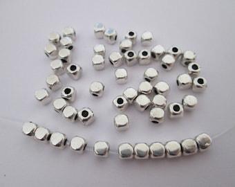 30 perles cube diamètre 4 mm métal argenté