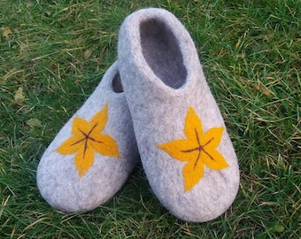 Women house shoes - felted slippers - gray felted wool slippers with yellow flower. warm slippers. natural shoes. ecological. original gift.