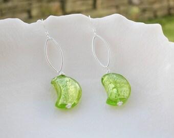 Les boucles d'oreilles demi lune en verre de Murano