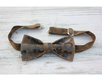 Brown leatherette bow tie with print