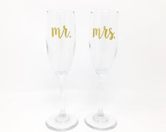 Mr and Mrs Champagne Flutes, Wedding Toasting Glasses, Toasting Flutes, Bride and Groom, Personalized Wedding Date, Set of 2