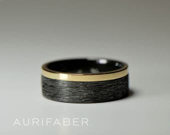Zirconium ring with gold stripe detail. Hammered wedding band with yellow gold, red rosé gold or white gold stripe. Hammered ring 7mm wide