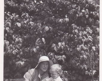 c1930s Photo - Mother And Child In Garden