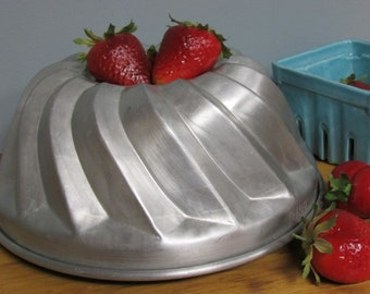 Vintage Hillware Aluminum Bundt Cake Pan Jello Mold Bakeware Fluted 1950's Kitchen Cookware Baking Pan Swirl Large Round