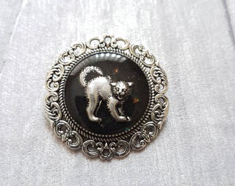 Black and Silver Cat Halloween Brooch // Witches Cat Halloween Pin // Round Resin Brooch // Halloween Jewellery // With Gift Box // Handmade