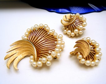 Beautiful Vintage Crown Trifari Faux Pearl Rhinestone 1960s Brooch Earrings Set