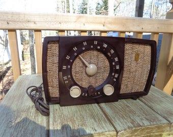 Vintage 1955 Zenith Table Top Radio