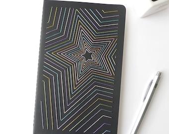 Carnet brodé main motif étoiles multicolores brillantes-notes-accessoire écriture-noir-A5-design textile graphique-cadeau homme femme et ado