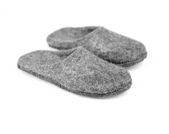 Grey felted mules slippers for woman, Closed toe slippers for her, Bedroom slippers, Women wool mules, Slip on slippers, Vegan grey slippers
