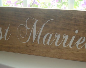 Just married wood sign board. Hand painted wood sign. Rustic wedding sign. Married sign. Wedding decor. Marriage sign.