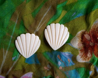 Large Charming Vintage 80s Shell Shaped Earrings. Large Cream Colored Vintage 80s Shell Shaped Earrings.