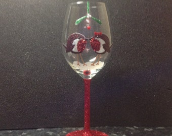 Christmas glitter wine glass kissing robins