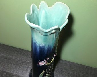Vase praticality slip to flowers in the blue tones of the early 1900s