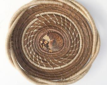 Aiguille de pin, panier avec des fossiles Centre-article 820 par Susan Ashley