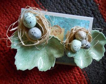 Deux feuilles en céramique avec nid d'oiseaux