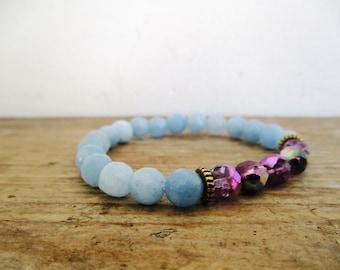 HANDMADE paarse glaskralen en lichtblauw jade armband