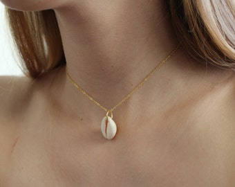 Gold chain with shell pendant necklace